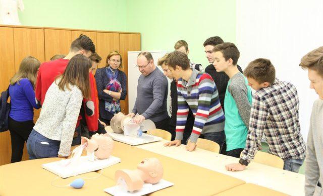 Экскурсию для учеников одной из Петербургских школ организовали в Военно-медицинской академии.
