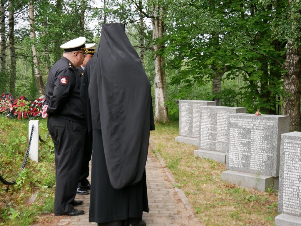 17 сентября 1941 года при переправе через штормовое Ладожское озеро погиб 131 выпускник второго выпуска Военно-морской медицинской академии