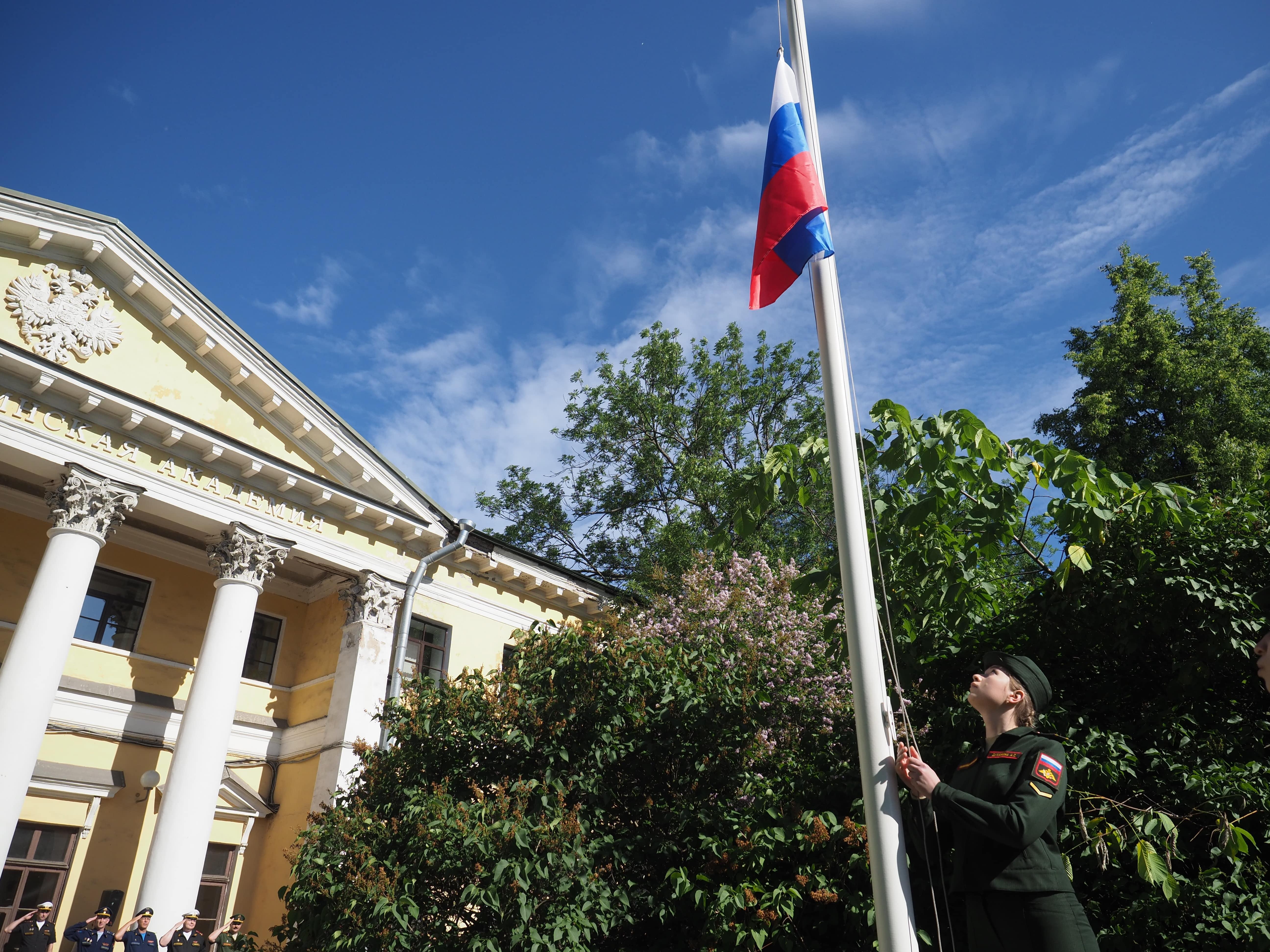 В торжественном поднятии государственного флага в день России приняли участие курсанты всех факультетов Военно-медицинской академии
