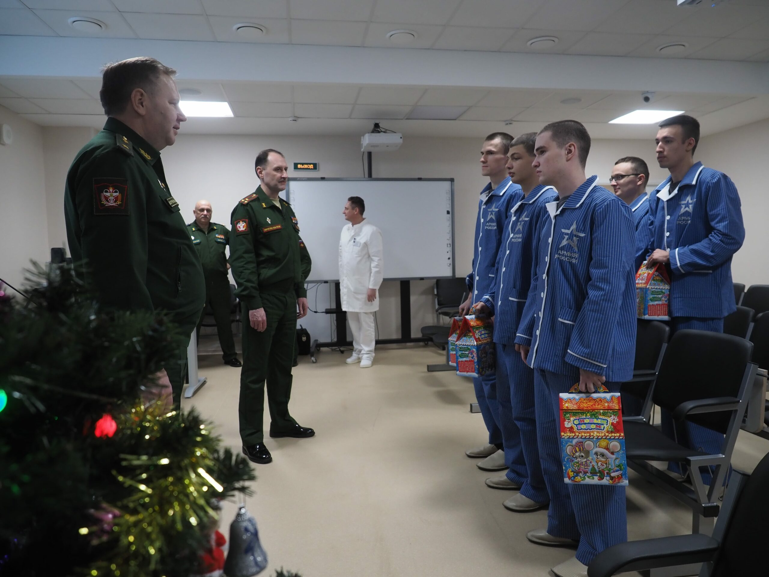 Командование Военно-медицинской академии поздравило солдат, проходящих службу по призыву и находящихся на лечении в клиниках академии с Новым Годом
