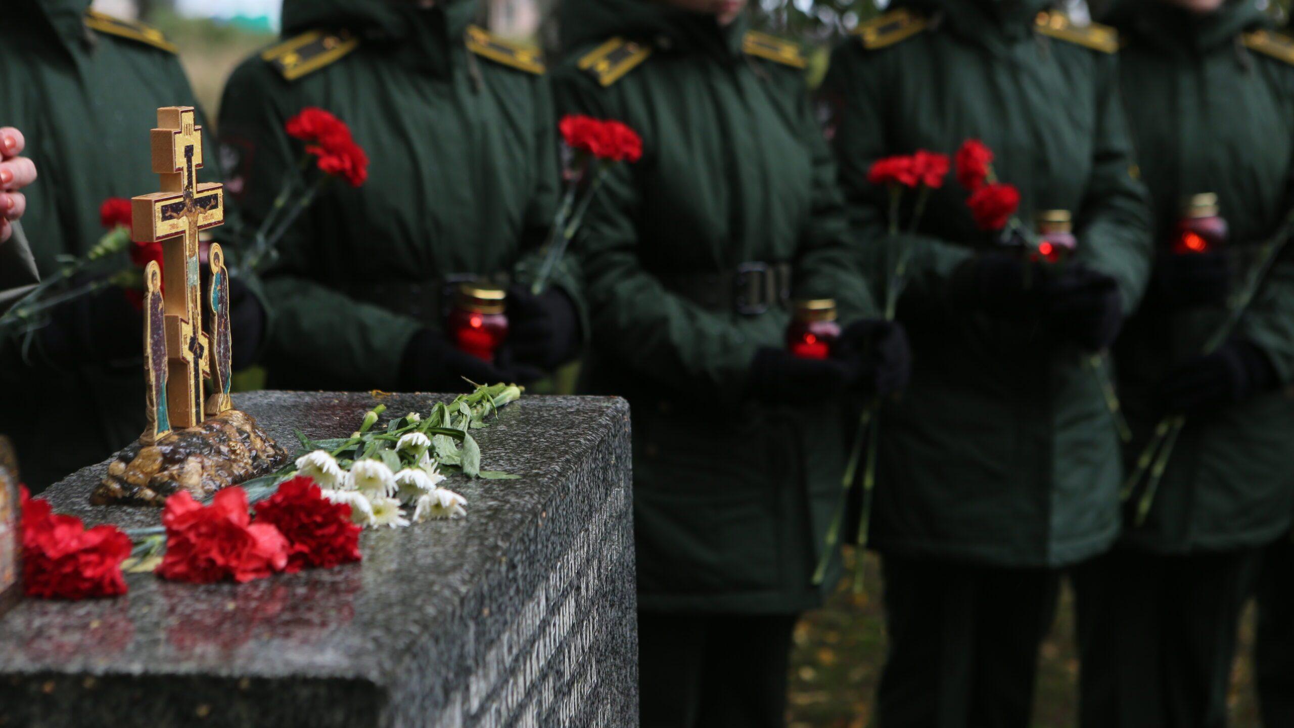 Курсанты академии почтили память пассажиров баржи №752
